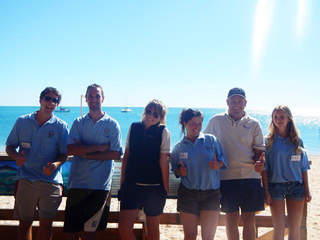 L'équipe des volontaires en bleu (que des Français) avec 2 de nos rangers!