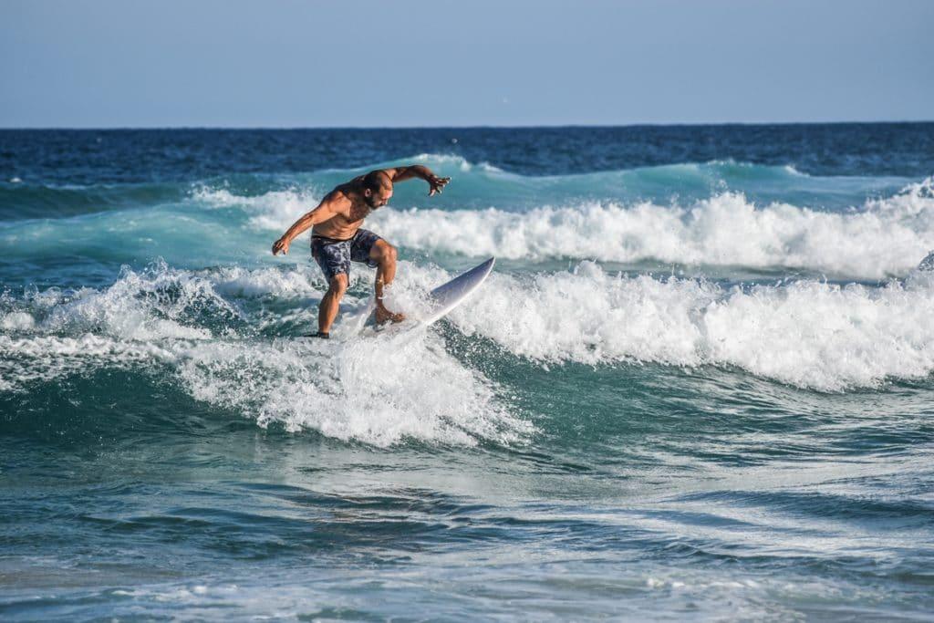 Surfer dès le matin en Australie