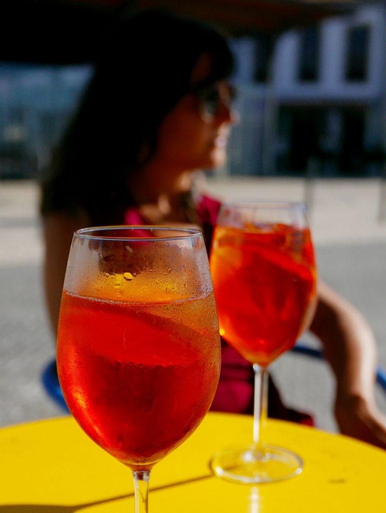 Boire un verre en terrasse en France - Réussir son retour en France après un PVT